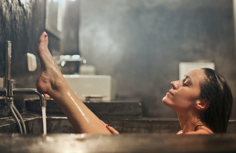 Eine Frau sitzt in einem Badezuber