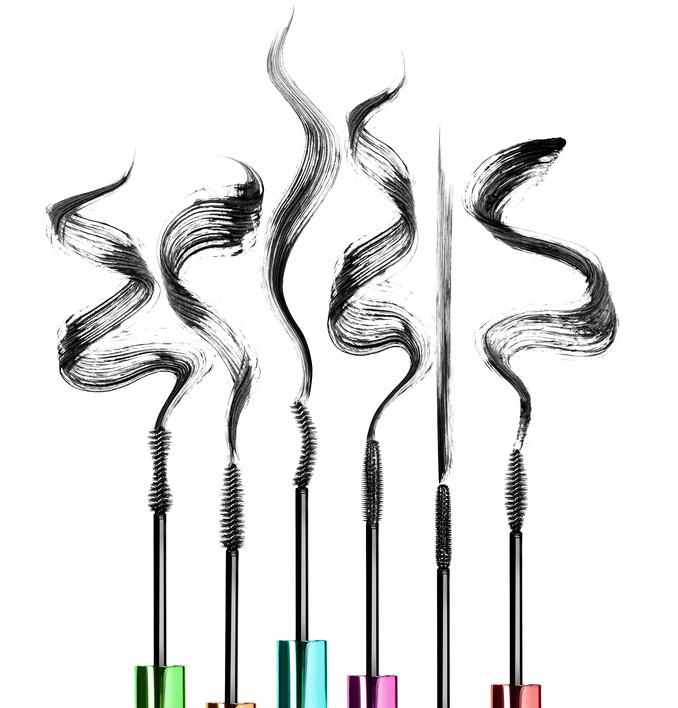 6 verschiedene Mascara Bürstenformen und ihre Swatches auf weißem Untergrund