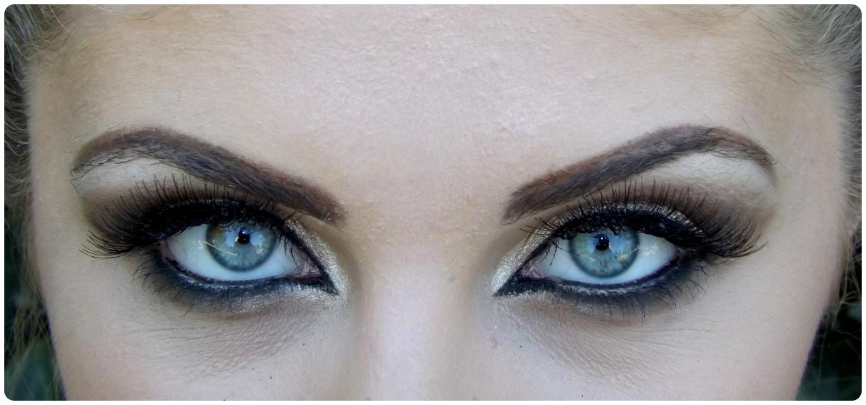 Ein perfektes Augen-Make-up und ein tiefer, eindringlicher Blick, blauer Augen.