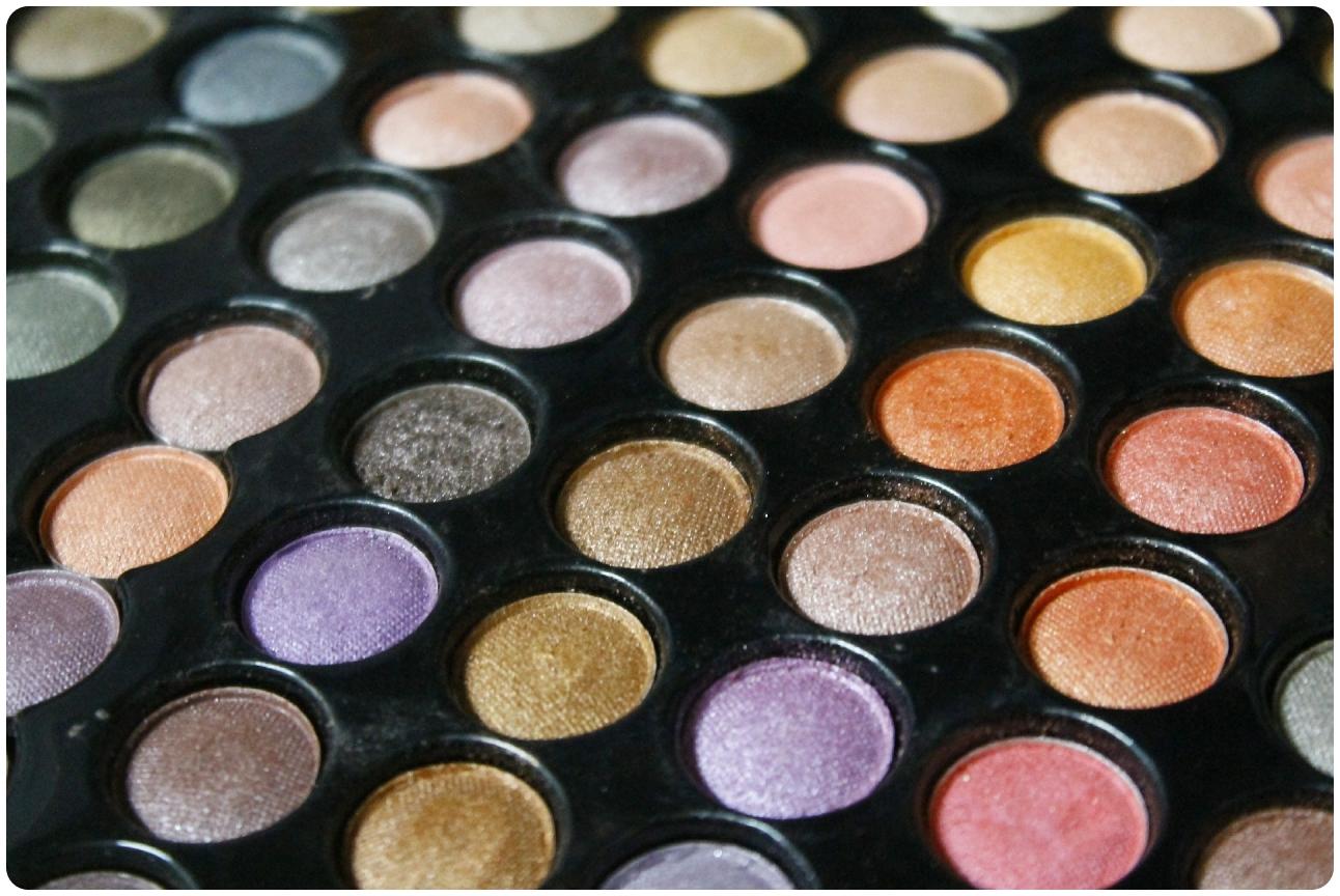 Eine große Lidschattenpalette mit vielen verschiedenen Farben und Nuancen für ihr Augen-Make-Up.