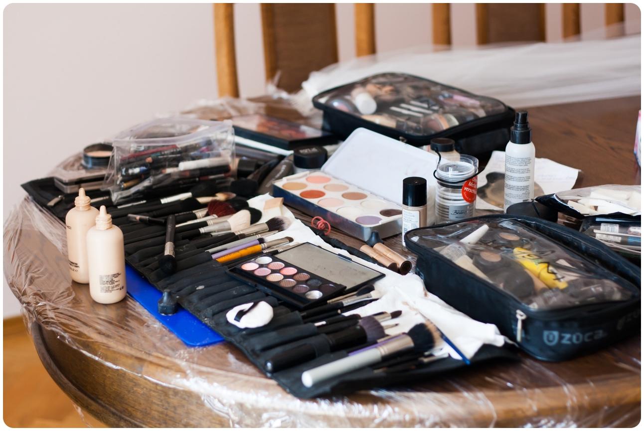 Ein Tisch der mit den verschiedensten Kosmetikprodukten vollgestellt ist.