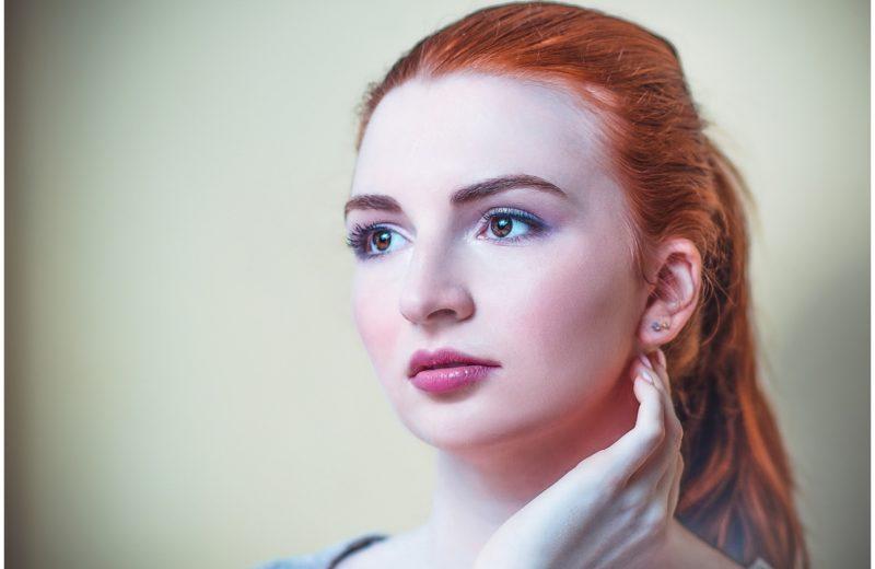 Das Gesicht einer Frau mit rotem Haar und einem dezenten Alltags-Make-up