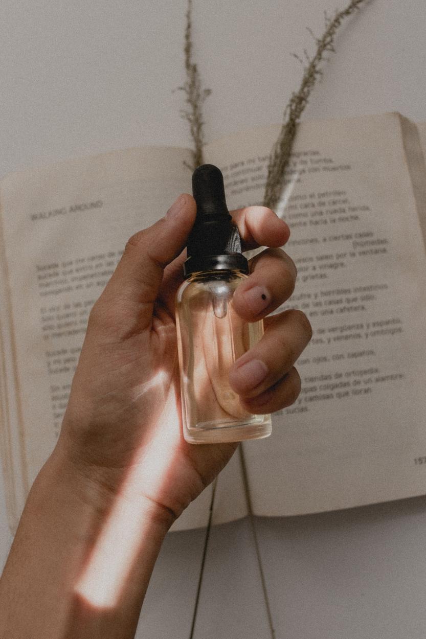 parfumflasche-in-der-hand